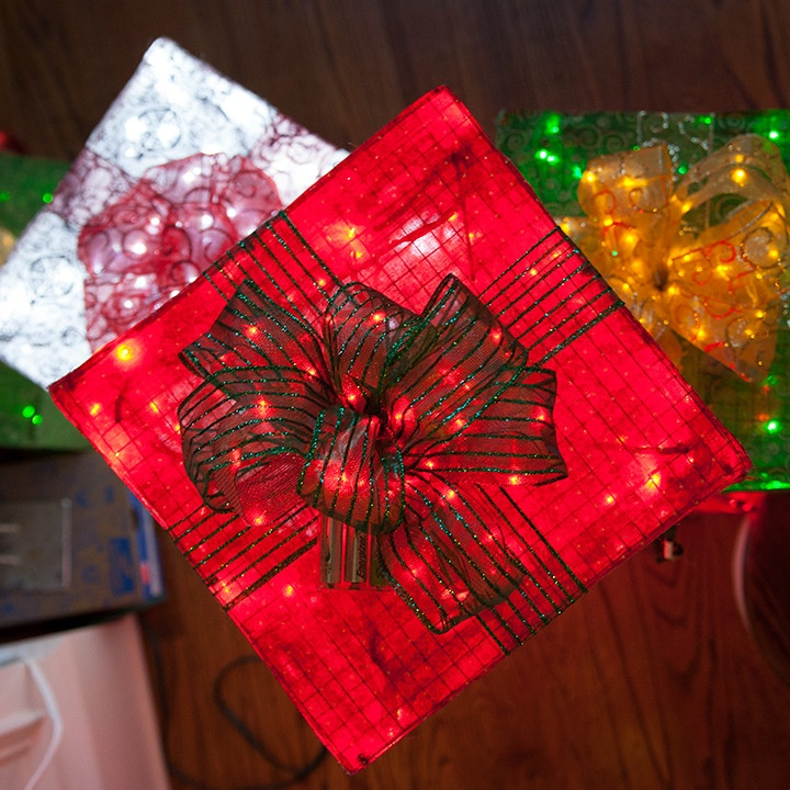 lighted gift box diy using chicken wire