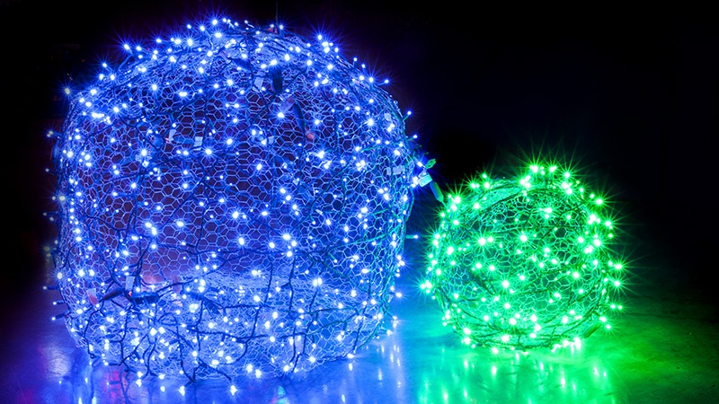 DIY Christmas Light Balls Made from Chicken Wire and Wrapped With LED String Lights