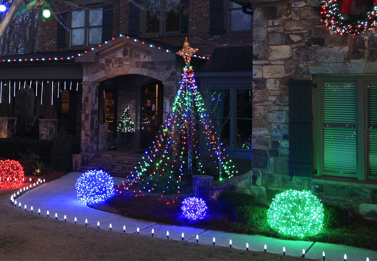 make a diy christmas light tree for the yard using string lights and a basketball pole